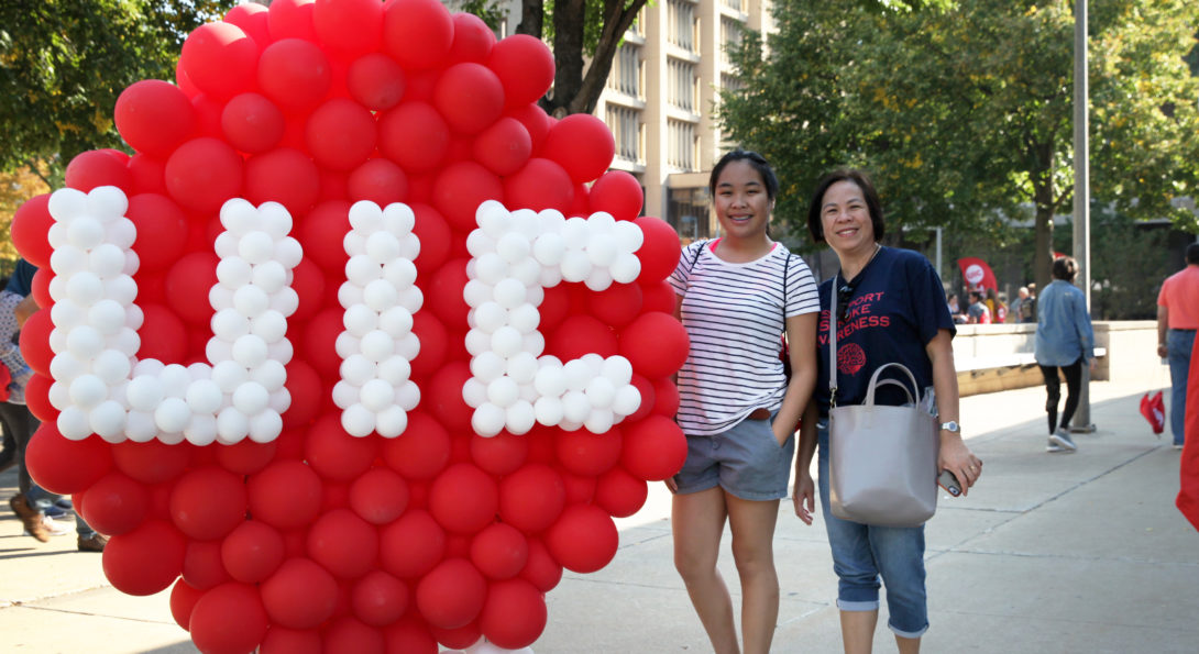 female student and mother with UIC balloons